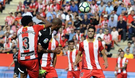 Una acció del partit jugat ahir entre Girona i Sevilla.