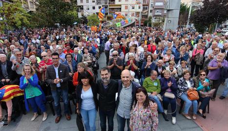 Centenars de persones van omplir ahir a la tarda la plaça Ricard Viñes de Lleida a l'acte a favor del referèndum.