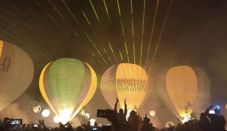 Globus aerostàtics a l'aeroport de la Seu, dissabte a la nit, durant el festival Skyfest.