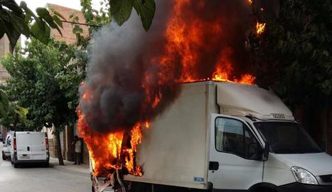 La camioneta va quedar calcinada del tot malgrat els esforços dels bombers.