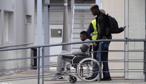 Dembélé va ser traslladat en cadira de rodes a l'avió que el portava a Hèlsinki per ser operat.