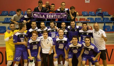 La Sentiu posa amb el trofeu de la Copa Lleida que van guanyar diumenge al Linyola de Segona B.