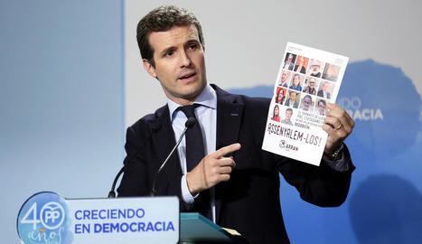 Pablo Casado, vicesecretari de Comunicació del PP, amb el cartell.