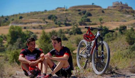 Marc i Àlex entrenen junts amb bicicleta pels voltants de Cervera.