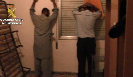 Moment en què els agents van treure el detingut de l'habitatge.