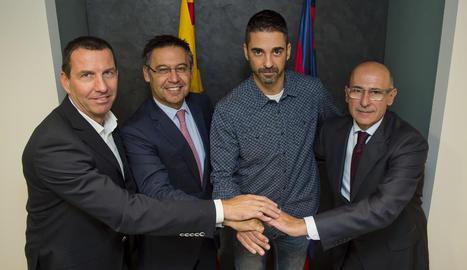Navarro va segellar ahir l'acord al costat de Nacho Rodríguez, Josep Maria Bartomeu i Joan Bladé.