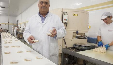 Ángel Velasco, a les instal·lacions de l'empresa a Agramunt amb els seus famosos torrons.