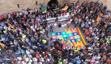 Vista de la manifestació a la plaça Paeria.