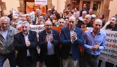 Lleida - Unes 200 persones van acompanyar ahir els alcaldes de Bellvís, Joan Talarn (a la imatge esquerra), i Aitona, Rosa Pujol, i el president de la Diputació i primer edil de Fondarella, Joan Reñé, durant la seua declaració davant de la Fis ...