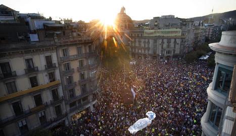 Unes 40.000 persones es van congregar ahir davant de la seu de la conselleria d'Economia a la cruïlla de rambla Catalunya amb Gran Via.