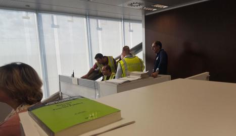 Ciutadans concentrats a la conselleria d'Afers Exteriors.