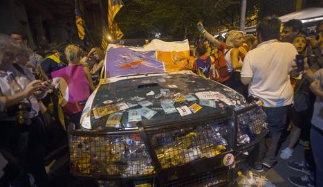 Els cotxes de la Guàrdia Civil van patir nombrosos desperfectes i van quedar abonyegats, amb les rodes punxades, els vidres trencats i amb nombrosos adhesius.