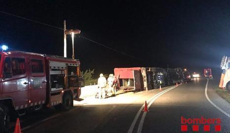 Estat en el qual va quedar el camió incendiat a l'autovia a Ribera d'Ondara.