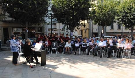 Melodia per al record a Mollerussa - La plaça de l'Ajuntament va acollir una actuació de la coral Ressò de l'Albada, que va interpretar la cançó La melodia d'un record, un himne que es va estrenar ahir a tot Catalunya.