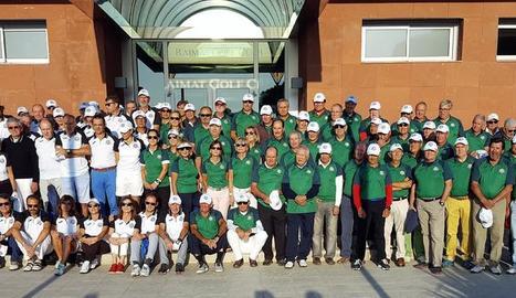 Foto de família dels dos equips que van participar ahir en el torneig, que va guanyar l'equip d'ICG Software, que va lluir un polo verd.