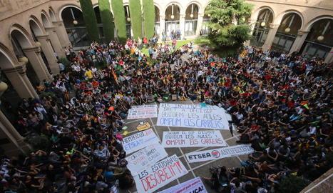 Un miler d'estudiants es van manifestar a favor de la independència i del referèndum al claustre del Rectorat de la UdL.