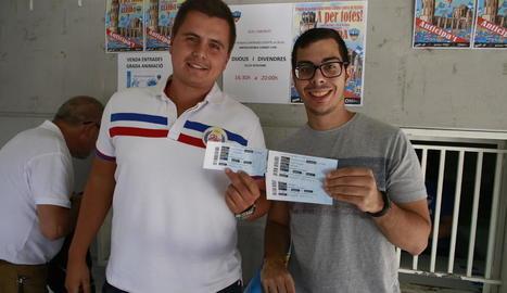 Dos abonats del Lleida, amb les entrades que van comprar ahir per al partit de la Copa.