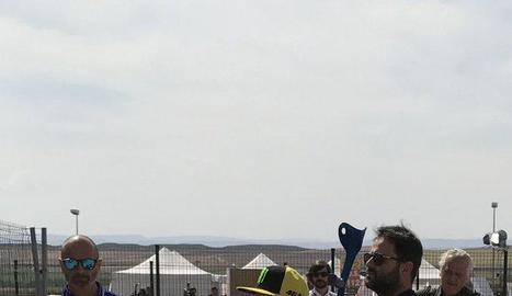 Rossi, pilotant ahir l'escúter al pàdoc de Motorland.