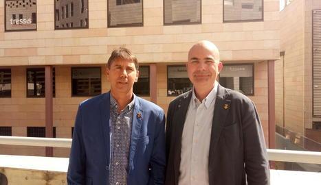 Enric Mir (Borges) i Antoni Villas (Juneda), acompanyats per veïns i altres alcaldes i càrrecs.