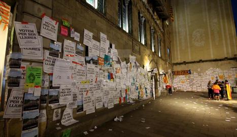 Imatges de la manifestació d'ahir dijous a la tarda que va acabar empaperant la Paeria de Lleida.