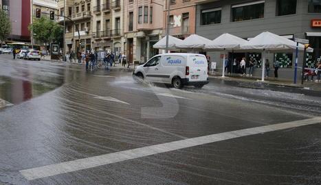 L'aigüat provocat per la trencadissa de la canonada a l'avinguda de Catalunya.