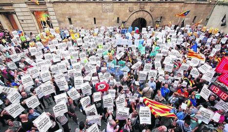 Massiva concentració de suport al referèndum aquest dijous a la plaça Paeria de Lleida.