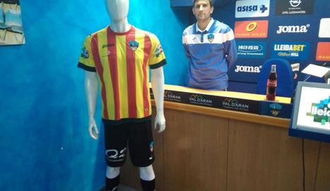 La samarreta amb la senyera que l'equip lluirà davant l'Atlètic Saguntí, i l'entrenador del Lleida, Gerard Albadalejo.