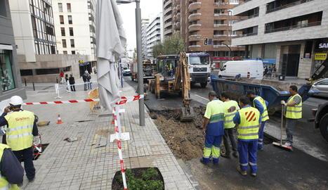 L'aigua va aixecar l'asfalt i va baixar carrer avall fins que Aigües de Lleida va tancar la clau de pas.