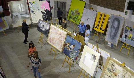 Membres del jurat, dijous examinant les obres finalistes del premi Miquel Viladrich.