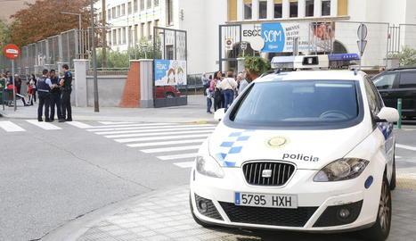 Agents de la Urbana i Mossos, ahir a la porta del centre.