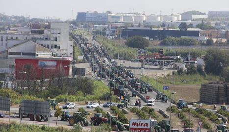 Més d'un miler de pagesos de Catalunya marxen amb tractors en defensa del 1-O