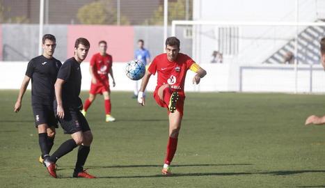 Dos jugadors de l'Alpicat pugnen amb la pilota davant d'un del Valls en una de les jugades del partit d'ahir.