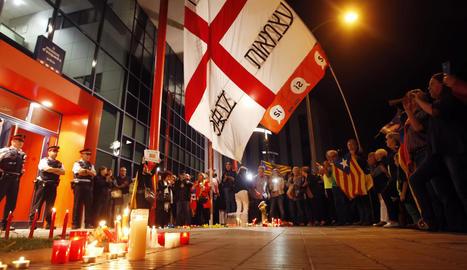 Els congregats, davant de la comissaria dels Mossos d'Esquadra a Lleida, ahir a la nit.