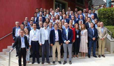 Foto de grup de Rajoy amb líders regionals del partit, inclosa la presidenta de Lleida, Marisa Xandri, segona per la dreta a baix.