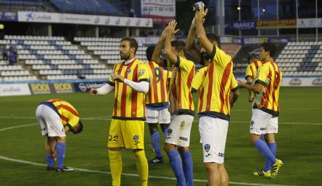 Els jugadors del Lleida, amb la samarreta de la senyera.