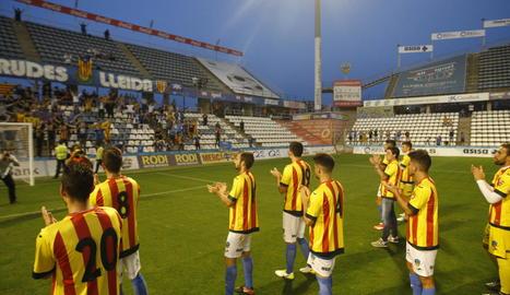 Els jugadors del Lleida es van posar la samarreta 'prohibida' una vegada finalitzat el partit i es van dirigir a la zona de Gol Nord per saludar els aficionats.