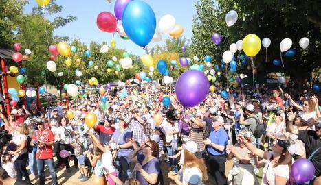 Els participants van llançar globus a l'aire després de la lectura del manifest ahir al Parc Municipal.