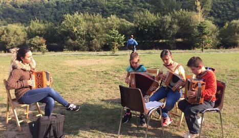 Taller de música ahir en la primera trobada d'acordionistes a Barruera.