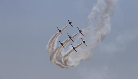 Una de les acrobàcies aèries ahir a la Festa al Cel.