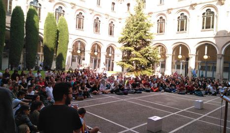 Estudiants al claustre de la UdL aquest dilluns al matí.