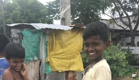 Nens en un 'slum' als afores de Colombo, capital de Sri Lanka