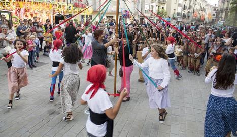 El Ball de Cintes, ahir a la tarda a la plaça de Sant Miquel.