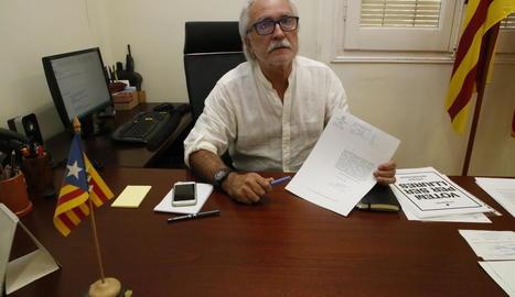 L'alcalde d'Oliana sosté l'escrit amb què la Guàrdia Civil va requerir la documentació.