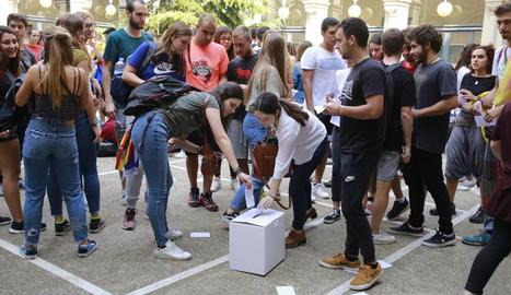 Estudiants van simular ahir una votació al Rectorat de la UdL.