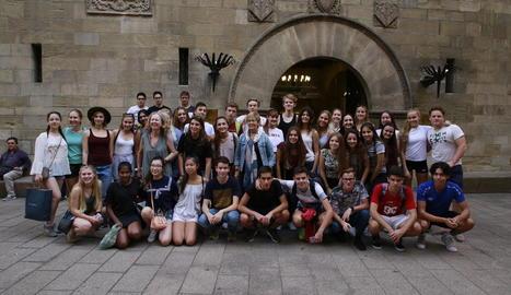 Imatge dels alumnes noruecs que, juntament amb els seus companys de l'institut Josep Lladonosa, van visitar l'ajuntament de Lleida.