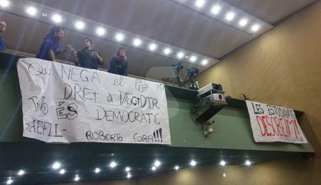 El claustre extraordinari de la UdL sobre el 1-O ha començat amb pancartes reivindicatives