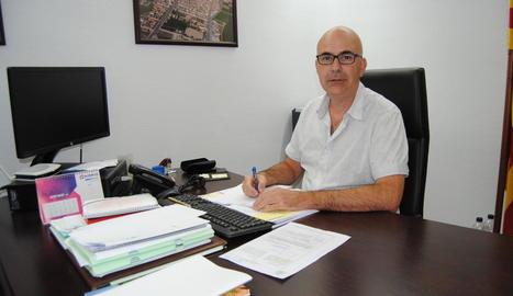 L'alcalde de Bell-lloc, Carles Palau, ahir al despatx a l'ajuntament.