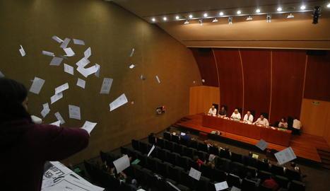 Els estudiants assistents a l'acte van llançar paperetes del referèndum una vegada el manifest final va ser aprovat pel claustre.