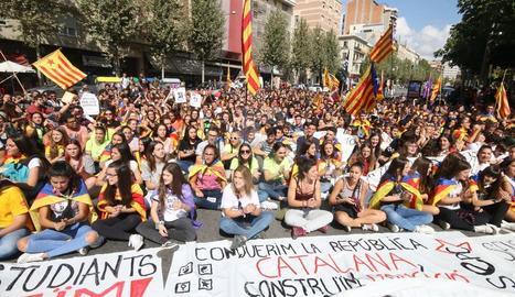 Un miler d'estudiants es manifesten a Lleida ciutat en defensa del referèndum.