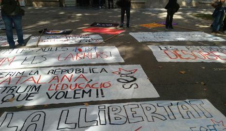 Pancartes preparades per a la manifestació d'estudiants.